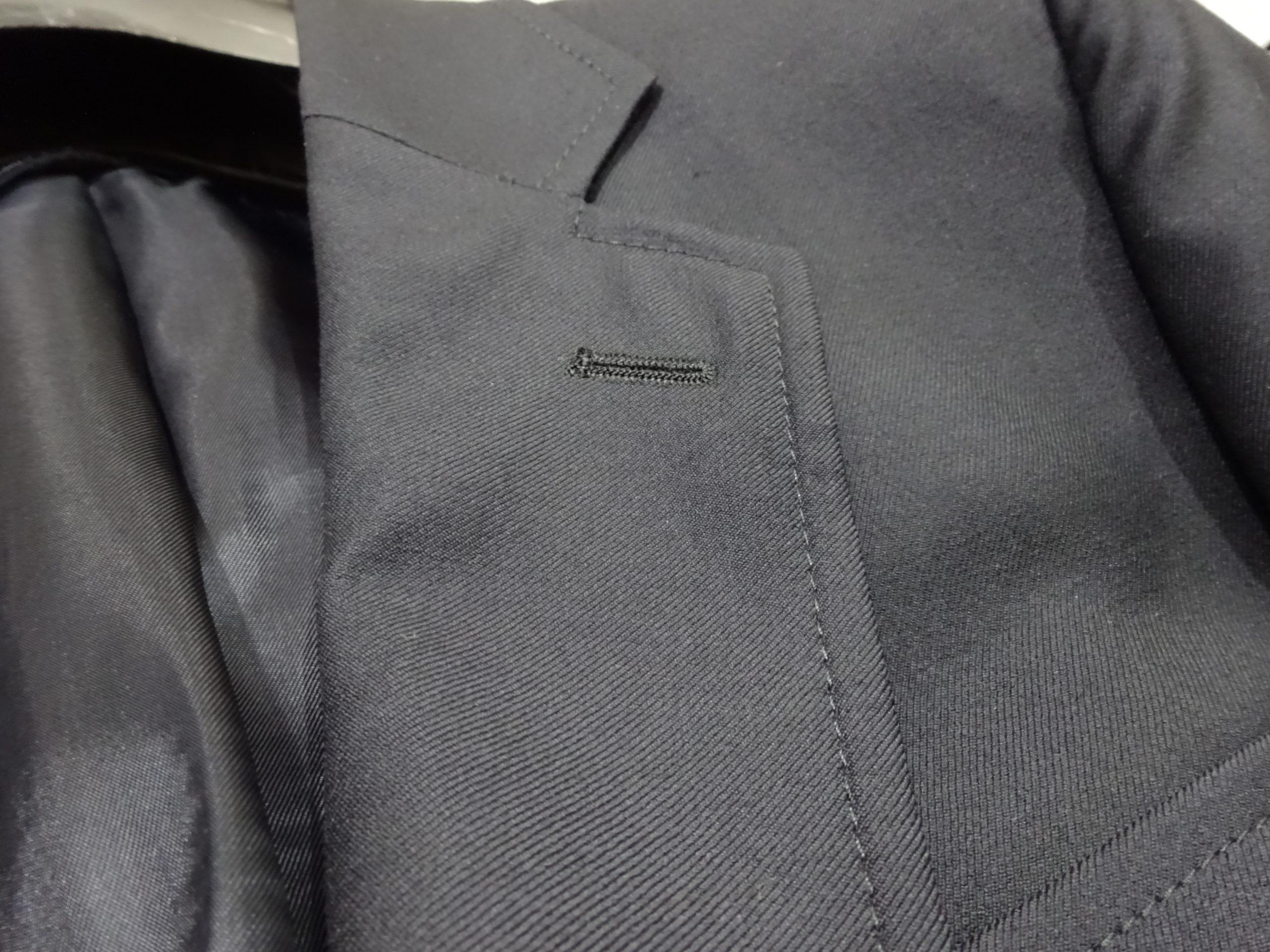 ジャケットの左襟に開いてるあの穴、知っていますか?~その歴史を知ると言いたくなる由来~